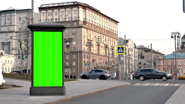 tag city street showcase mit grünem bildschirm steht vor der kulisse von gebäuden - spruchband stock-videos und b-roll-filmmaterial