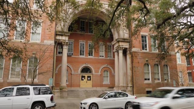 vídeos y material grabado en eventos de stock de día establecer toma de entrada principal al edificio de la escuela - edificio escolar