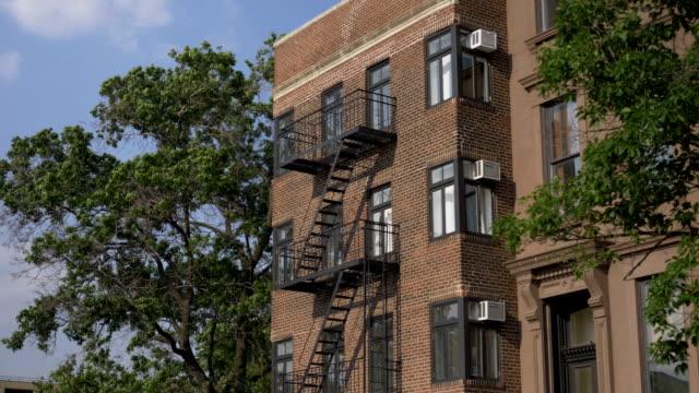 tag zur gründung schuss typischen brooklyn mehrfamilienhauses - establishing shot stock-videos und b-roll-filmmaterial