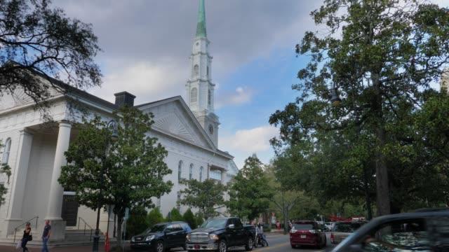 vídeos de stock, filmes e b-roll de dia exterior da igreja presbiteriana independente de savana - batismo