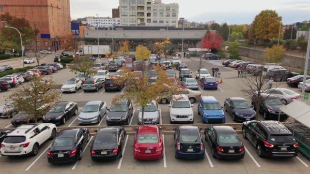 stockvideo's en b-roll-footage met dag high angle tot de oprichting van schot van generic supermarkt parkeerplaats - parking