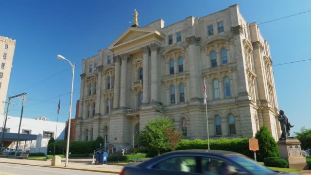 vidéos et rushes de statique de jour établissant shot de jefferson county court house - steubenville