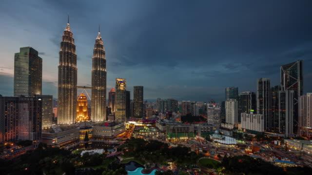 stockvideo's en b-roll-footage met dag tot nacht licht beroemde gebouwen 4 k tijd vervallen van kuala lumpur - maleisië