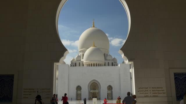 gün saat abu dabi ünlü camii kemer ana kubbe salonu panorama 4 k birleşik arap emirlikleri kalabalık - abu dhabi stok videoları ve detay görüntü çekimi