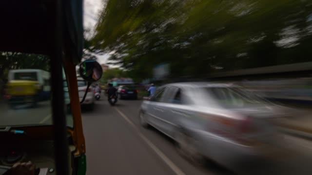 day time bangalore city traffic street rickshaw road trip passenger pov panorama 4k timelapse india - vídeo