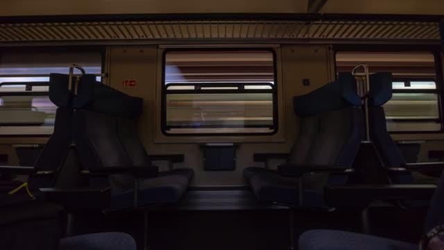 jour de base l'heure de base de zurich train wagon intérieur route voyage côté sièges fenêtre pov panorama 4k timelapse suisse - Vidéo