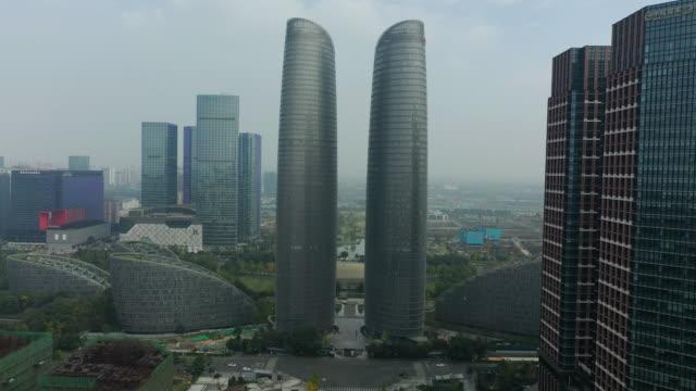 vol de jour au-dessus de la ville de chengdu centre-ville national centre financier panorama aérien 4k chine - Vidéo