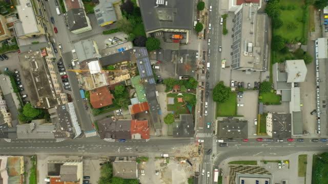 dag tid flygning över salzburg stadstrafik gator antenn topdown panorama 4k österrike - videor med salzburg bildbanksvideor och videomaterial från bakom kulisserna