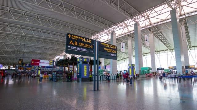 広州市の空港チェックイン ・ ゾーン パノラマ 4 k 時間経過中国日時間 - 中国 広州市点の映像素材/bロール