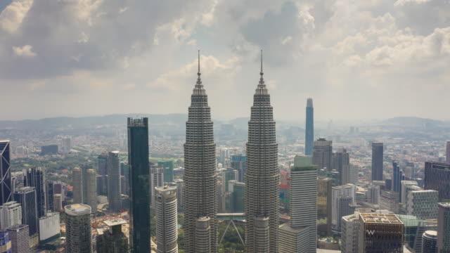 dag tid kuala lumpur city downtown berömda tornen topp antenn panorama 4k timelapse malaysia - petronas twin towers bildbanksvideor och videomaterial från bakom kulisserna