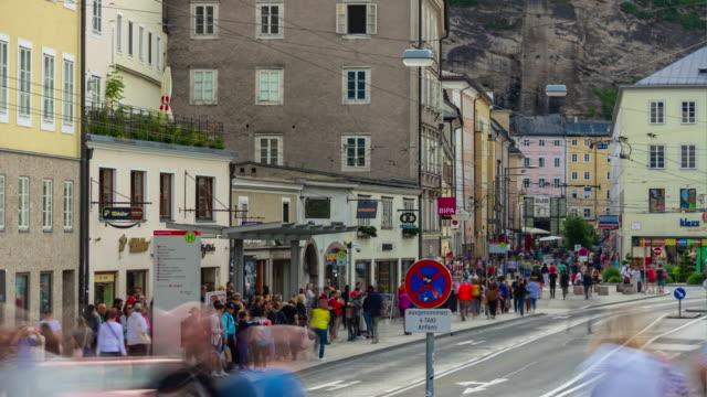 dag tid salzburg city center traffic street trottoaren panorama 4k timelapse österrike - videor med salzburg bildbanksvideor och videomaterial från bakom kulisserna