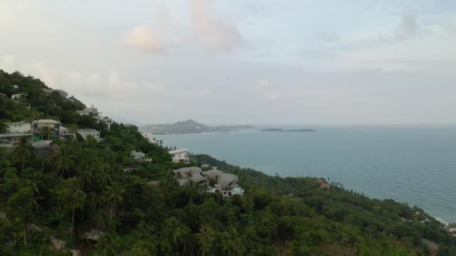 現代のヴィラの風景空中パノラマ4kタイ上の昼間サムイ島の飛行 - サムイ島点の映像素材/bロール