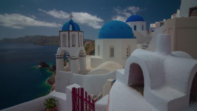 dag tid santorini island oia staden berömda taket bakgård kustlinje panorama 4 k tid förfaller grekland - grekland bildbanksvideor och videomaterial från bakom kulisserna