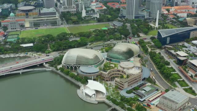 dag tid singapore city berömda marina bay theatre aerial panorama 4k - strandnära bildbanksvideor och videomaterial från bakom kulisserna