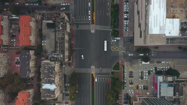 Tag Zeit Smog qingdao Stadt Innenstadt Bezirk Verkehr Straße Antenne Topdown Panorama 4k China – Video