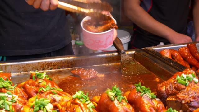 vídeos y material grabado en eventos de stock de día tiempo wuhan ciudad famosa caminar china de comida en la calle lenta panorama 4k - wuhan