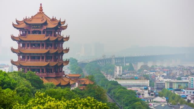 vídeos y material grabado en eventos de stock de día hora panorama de paisaje urbano de wuhan ciudad famosa grúa amarilla templo principal 4 tiempo k caer china - río yangtsé