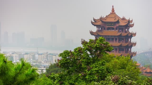 vídeos y material grabado en eventos de stock de día hora panorama de parque de wuhan ciudad famosa grúa amarilla templo principal 4 tiempo k caer china - río yangtsé