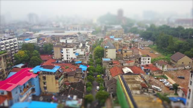 jour wuhan ville bidonville vivant bloc jaune grue tample panorama aérien 4k inclinaison décalage porcelaine - Vidéo