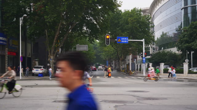 vídeos y material grabado en eventos de stock de día tiempo wuhan ciudad tráfico cruce calle panorama 34k china - wuhan