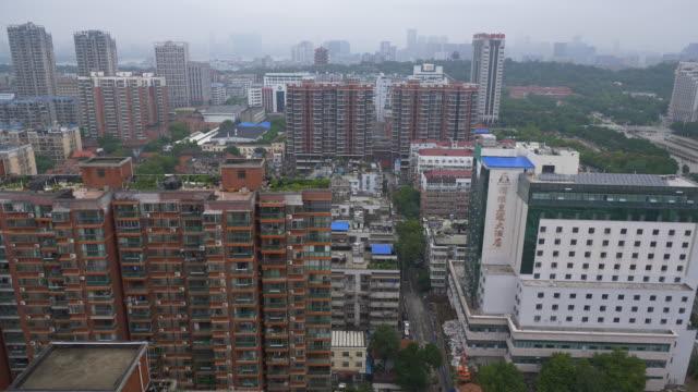 vídeos y material grabado en eventos de stock de día de wuhan paisaje urbano rooftop panorama 4k china - wuhan