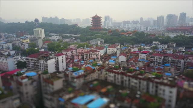 journée wuhan cityscape jaune grue temple antenne panorama 4k inclinaison décalage porcelaine - Vidéo