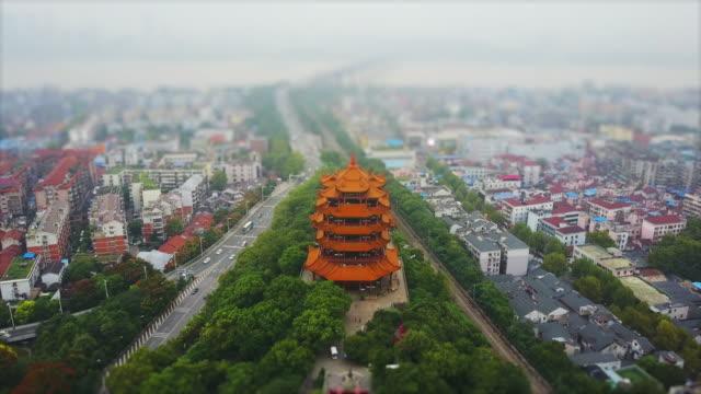 journée wuhan cityscape jaune grue temple route route aérienne panorama 4k inclinaison décalage porcelaine - Vidéo