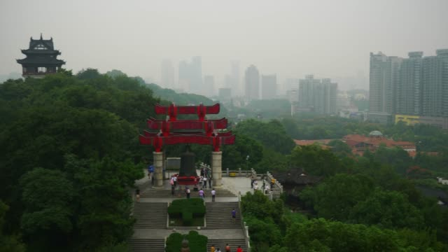 vídeos y material grabado en eventos de stock de día tiempo wuhan más famoso templo azotea paisaje urbano bell monumento panorama 4k china - wuhan