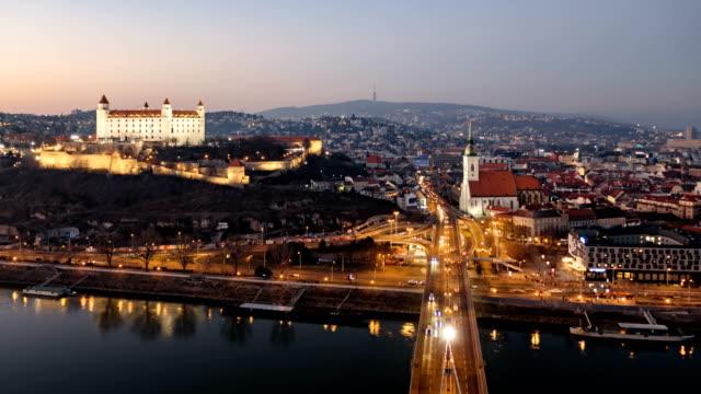 tag bis nacht luftwegezeit ablauf von bratislava altstadt und burg, blick von der snp-brücke. slowakei. - slowakei stock-videos und b-roll-filmmaterial