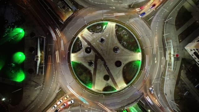 夜のドローン タイムラプス忙しいロータリー、上面図、都市景観の日。 - 州間高速道路点の映像素材/bロール