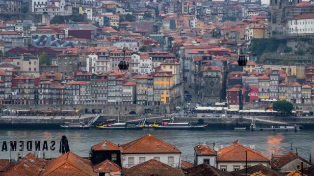 vídeos de stock, filmes e b-roll de dia de vídeo de lapso de tempo de panning de noite no rio porto e douro, portugal - vinho do porto
