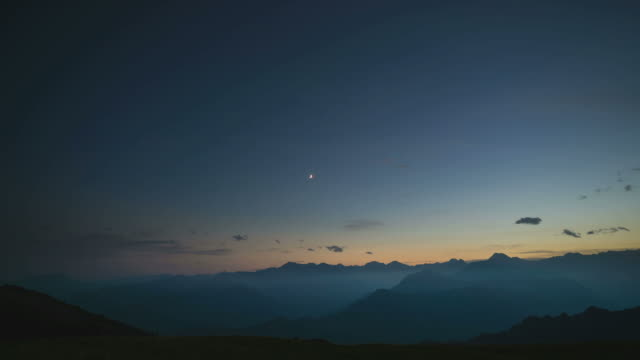 vídeos de stock e filmes b-roll de day to night time lapse from high up on the alps - alpes europeus