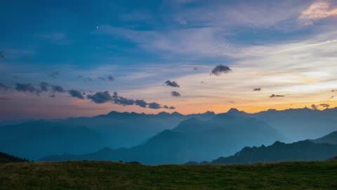 tag zur nacht zeitraffer von hoch oben in den alpen - alpen stock-videos und b-roll-filmmaterial