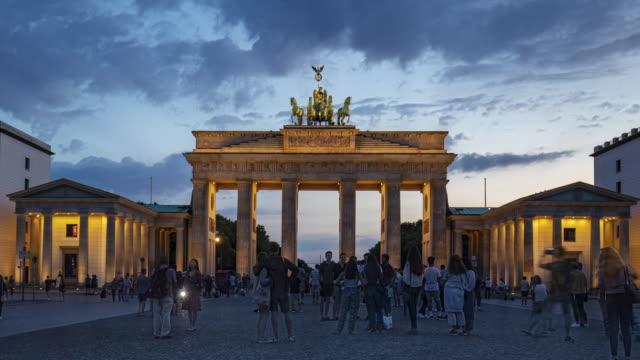 vídeos de stock e filmes b-roll de day to night time lapse in brandenburg gate, berlin, germany - berlin wall