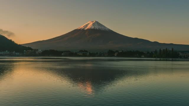 vidéos et rushes de laps de temps de jour à nuit du mont fuji, japon - fuji yama
