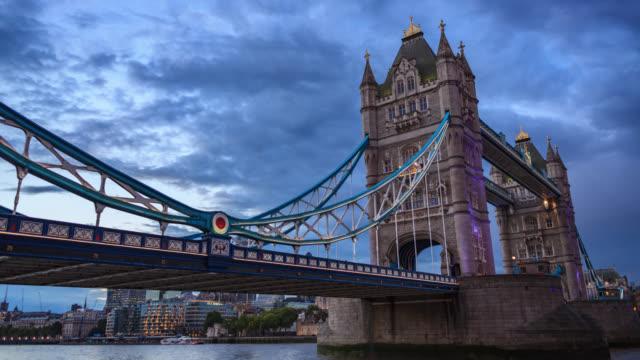 vídeos y material grabado en eventos de stock de lapso de tiempo del día a la noche sobre el puente de la torre de londres - viaje a reino unido