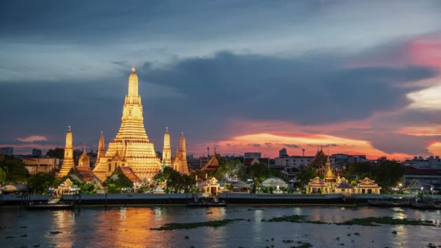 4k. day to night time lapse of wat arun temple during sunset. landmark of bangkok, thailand - fiume chao phraya video stock e b–roll