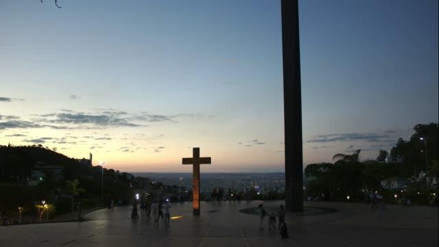 belo horiozonte, brezilya 'da praça do papa square gece zaman atlamalı geçiş için 4k gün - minas gerais eyaleti stok videoları ve detay görüntü çekimi