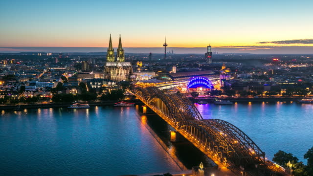 4 k tag zur nacht zeitraffer: luftaufnahme der kathedrale von köln, deutschland - köln stock-videos und b-roll-filmmaterial