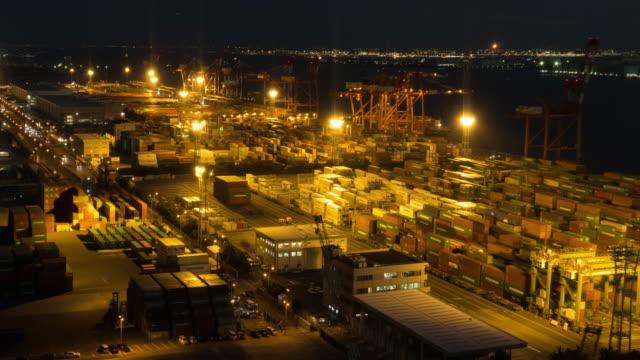 dag till natt time-lapse: flygfoto över port arbetar last container i odaiba tokyo japan - odaiba kaihin koen bildbanksvideor och videomaterial från bakom kulisserna