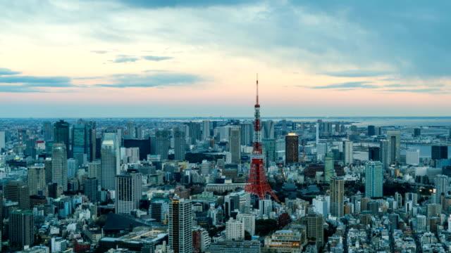 4 k 昼夜からタイムラプス: 東京タワーと東京の都市景観のスカイラインの arial ビュー - 東京タワー点の映像素材/bロール