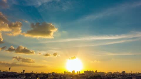 vídeos y material grabado en eventos de stock de paisaje de cielo de nubes de día a noche time-lapse. - sol