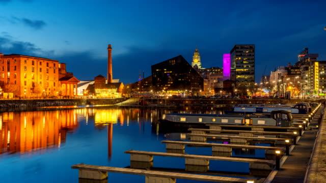 vidéos et rushes de jour de nuit timelapse de dock liverpool waterfront dans la nuit, uk - 2018