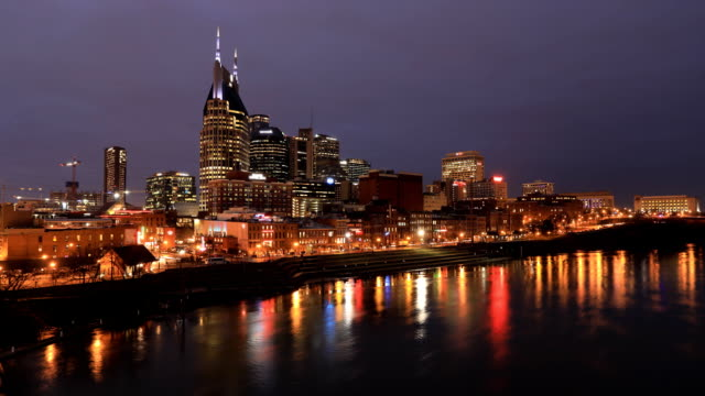 Dag tot nacht timelapse van Nashville, Tennessee skyline en de rivier video