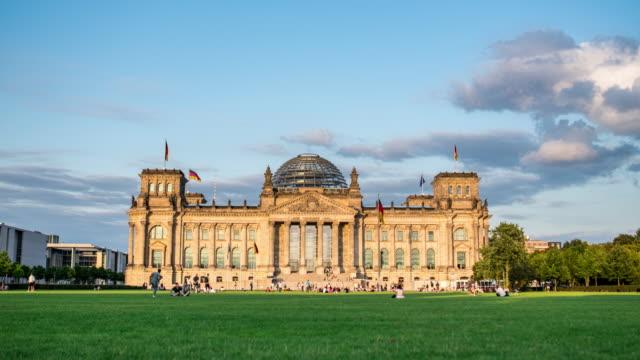 reichstag gündüz gece timelapse, berlin - cumhuriyet günü stok videoları ve detay görüntü çekimi