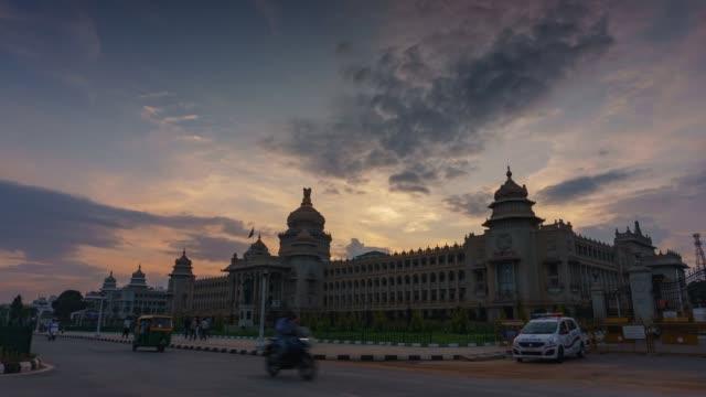dag till natt timelapse av vidhan soudha (karnataka lagstiftande byggnad)-bangalore indien - india statue bildbanksvideor och videomaterial från bakom kulisserna