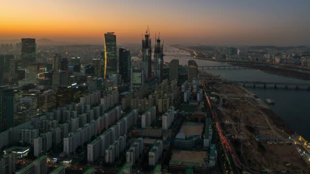 vídeos de stock, filmes e b-roll de dia à noite timelapse por do sol scence do distrito de negócio de yeouido na cidade de seoul em coreia do sul - coreia