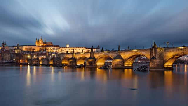 プラハ旧市街とカレル橋、チェコ共和国の昼から夜への移行時間の経過 - チェコ共和国点の映像素材/bロール