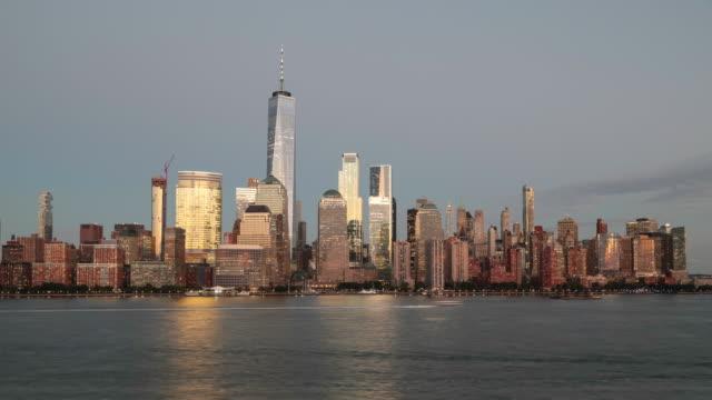 4k-tag zu nacht video zeitraffer von lower manhattan new york city bei sonnenuntergang - manhattan stock-videos und b-roll-filmmaterial