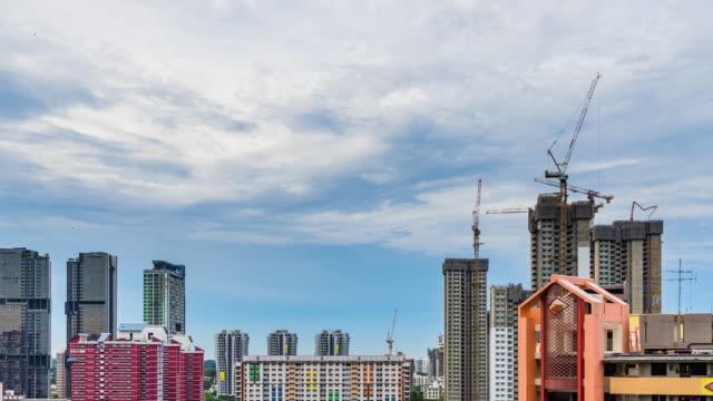 移動する雲とシンガポール ダウンタウンのスカイラインの建設現場の夜景の日 - クレーン点の映像素材/bロール